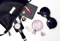 Les accessoires qui donnent du style à un look féminin