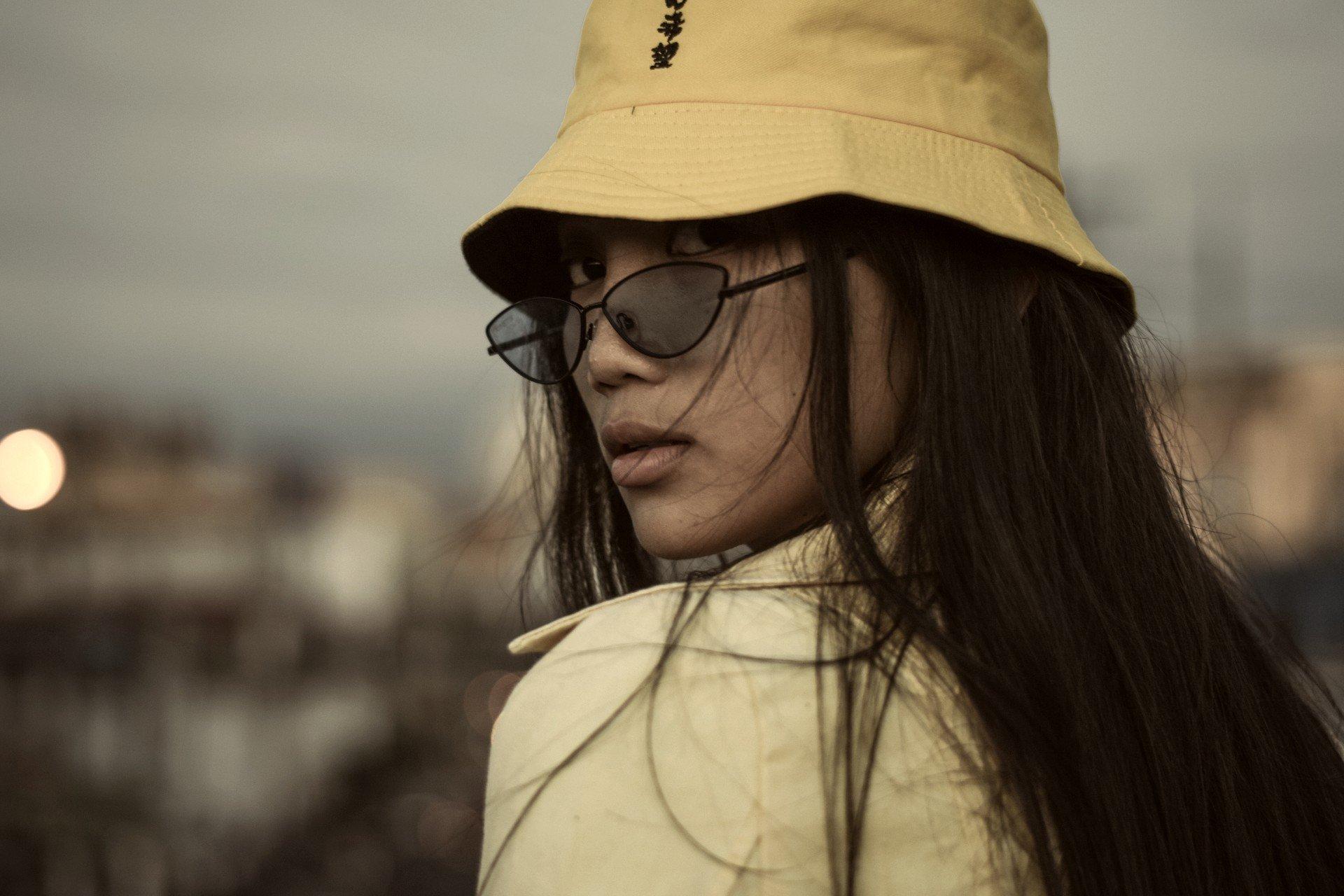 Optez pour le bob chapeau, un accessoire de mode tendance