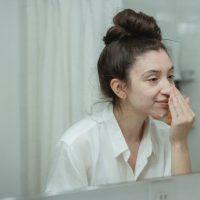 Gommage visage : comment s'y prendre ?