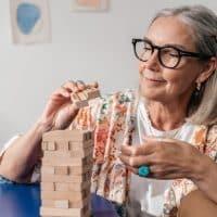 Quelle coupe de cheveux court pour une femme de 70ans avec lunettes ?