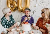Quelle coupe de cheveux court femme 60 ans avec lunettes ?